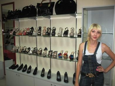 Продавец в обувном магазине
